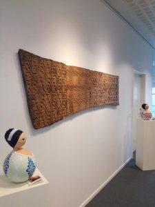 azulejaria tradicional recriada em madeira e papel